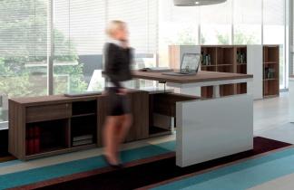Notre collection de bureau assis debout - Bureau de direction Mito sur crédence réglable électrique en hauteur