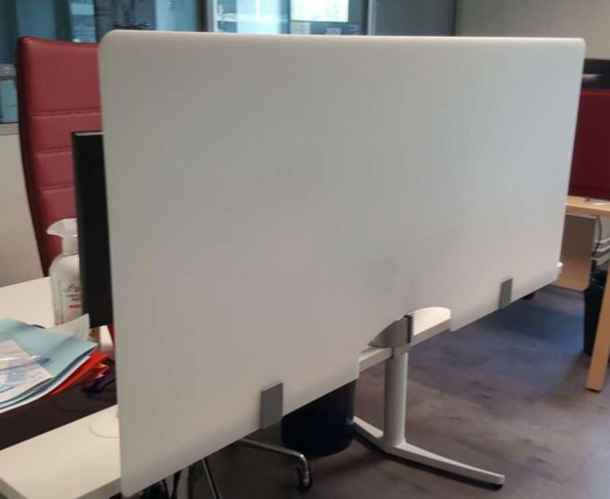 Ecran blanc plexiglas à fixer pour bureau individuel